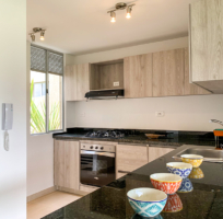 Cocina abierta tipo americana con barra de un apartamento en Ciudad Hayuelos Santiago de Tunja